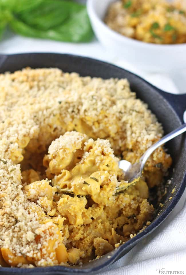 healthy pumpkin recipes: Baked Vegan Pumpkin Mac and Cheese served in a cast iron skillet